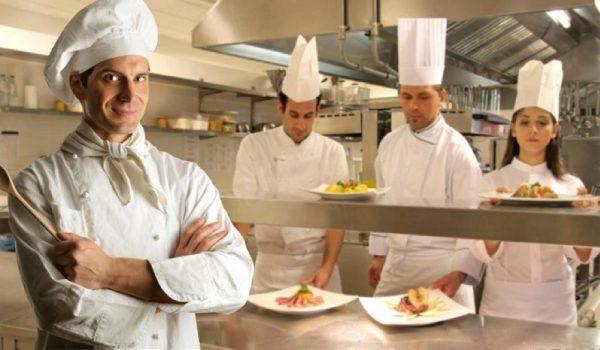 apprentis cuisiner dans atelier de cuisine professionnelle